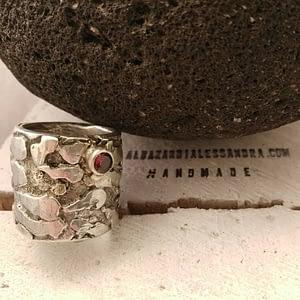anello lava sagrada con granato